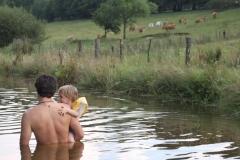 Baignade en famille dans l'étang