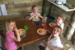 Diner des enfants dans la cabane