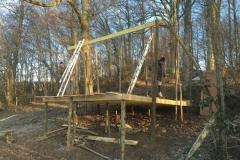 Construction d'une hutte en forêt
