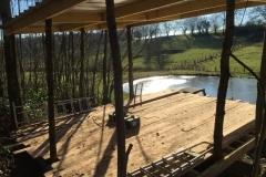 Construction d'une cabane à la campagne
