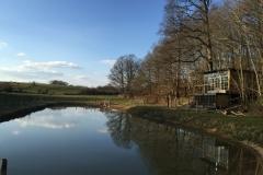 La Cabane Sauvage et son étang